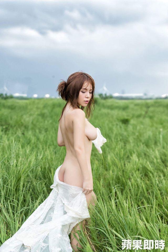 小李毓芬陈香菱「忘记贴胸贴」全裸上阵拍写真,预告「最后一本」为男友封尺度 -640_1bdbbe486b31710b71c6596170e1e08a