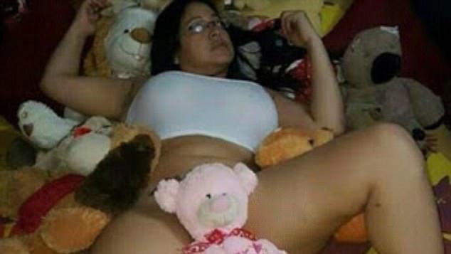最慘SOD!40歲巨乳女師「狂傳燦笑裸照」逼鮮肉男學生「不%%就死當」,網友一看照片真的都硬了!