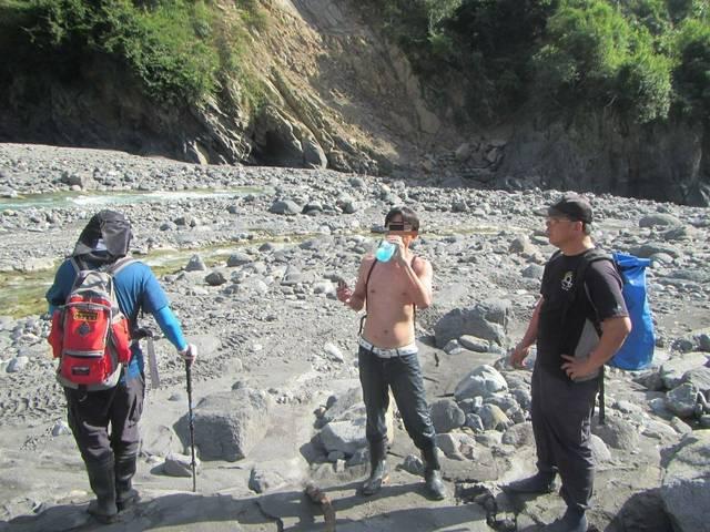 登山找七坑溫泉被「魔神仔拉走2天」,搜救隊沿路找嘸人「沖天炮才剛放」他離奇躺河床現身!