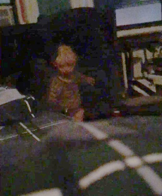 「头剩一半」男孩怨灵后续!他终于拍到证据照,调亮后「他朝他冲过来」… (内有恐怖照片慎入!) -Adam-Ellis-3