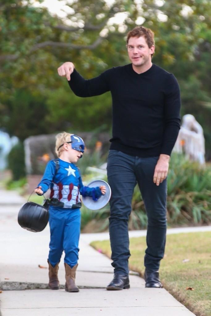 別人爸爸比較帥!「星爵」5歲兒子萬聖節只想當「美國隊長」,漫威超級英雄老爸全都被「背叛」!