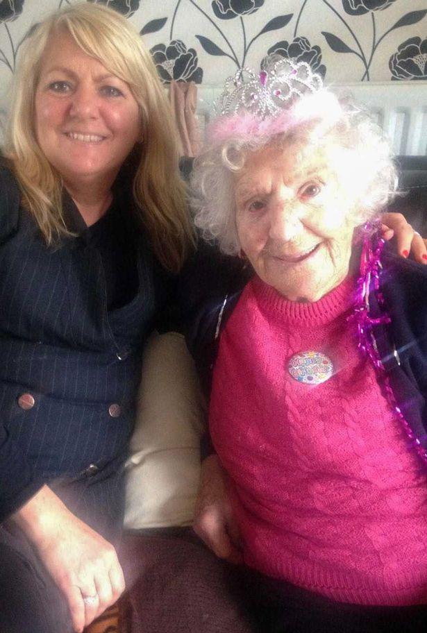 94歲失智奶奶以為洋娃娃是自己「親生孫女」重獲笑顏!每天餵她吃飯唱歌給她聽,但旁人都心碎了...