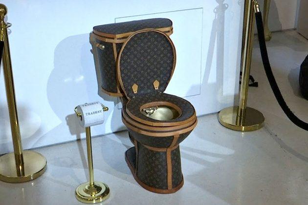 艺术家用24个LV包包打造「镀金LV马桶」,定价300万「能上也能冲水」当初川普性器官缩小作品也造成轰动 -Tradesy-Gold-Toilet-Wrapped-in-Louis-Vuitton-Bags-by-Illma-Gore-image-1-630x420