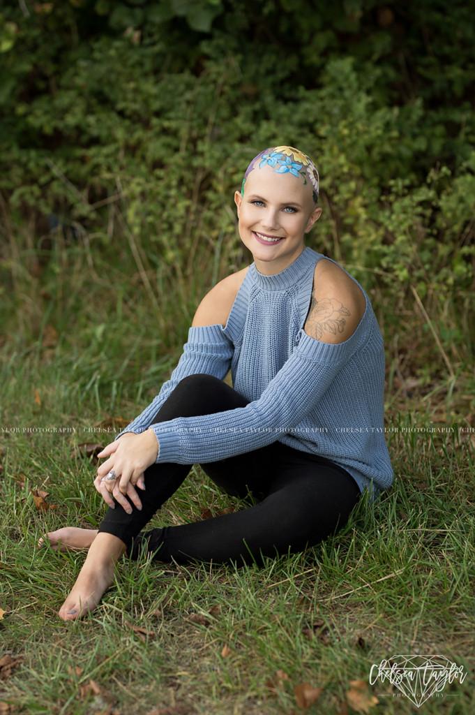 她因生病掉光头发却成为「最美的人」,为了拍毕业照妈妈花了数个小时在她「光头上种花」! -alopecia-senior-photoshoot-madisyn-babcock-chelsea-taylor-4-5a09f3f5a1a5c__880