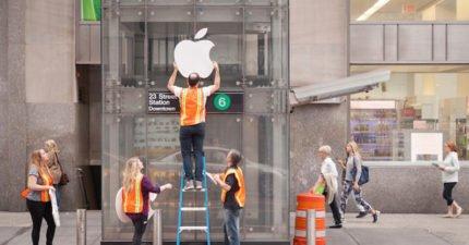 他們把地鐵電梯「偽裝成蘋果店」後,「大排長龍」...網友笑:果粉的IQ...(影片)