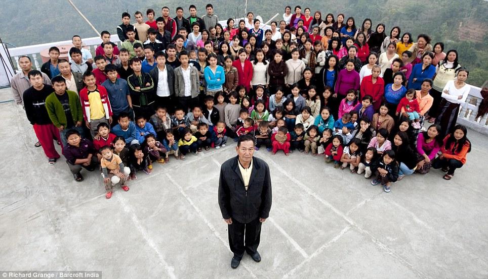 他有「39名老婆和94個孩子」還想再娶,全世界最大的家庭超過180人!他們一起著的地方太誇張!