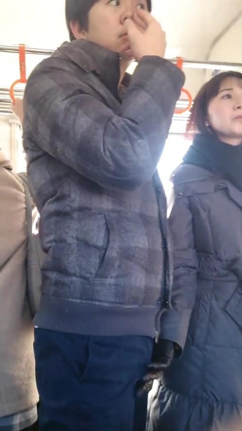 日本电车见到在想事情的淡定男女,视线一往下惊见痴女在「狂抓香蕉」已经硬硬der!(影片) -c6b37009-s