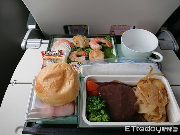 蔡英文出訪南太平洋「超豪華機上餐點照」曝光!他「3根蔥50元買不下去」怒批:妳懂貧民苦?