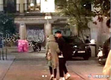 宋仲基西班牙蜜月「霸氣護妻」,宋慧喬黏TT「老公身上取暖」被網友全拍下❤