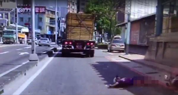 聯結車輾爆人驚悚畫面曝光!女騎士被吸進車底「上下半身慘分離」...當場內臟亂噴 (影片慎入)
