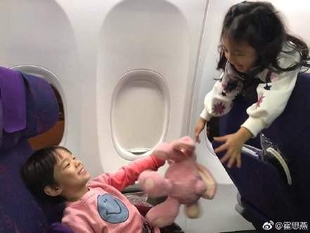 嗯哼飛機上「狂撩小泡芙」,媽媽不給面子:「你穿粉色衣泡妹?」直接幫小小春報仇!