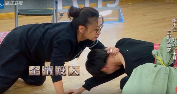 王俊凯跪地痛哭崩溃吼「有时候我恨我自己」,章子怡泪…(影片) -d2920180