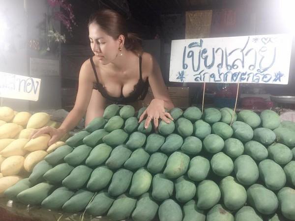 泰國芒果「真的太大顆了」,火辣女老闆「全裸切鳳梨」惹毛女人卻爽了男人!