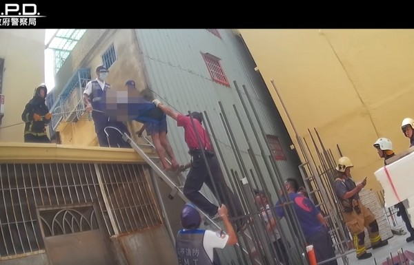 跳樓男懸坐屋頂尋死,暖警「直接來硬的」食物誘捕:你要雞腿還雞排,我請你!...他直接爬下梯子 (影片)