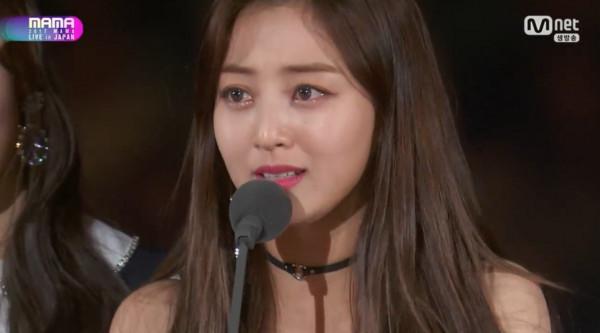 TWICE奪《MAMA》「年度歌曲獎」,周子瑜「全中文感謝」震撼全場...其他8個成員哭成一團!(影片)