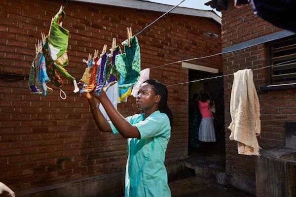 讓人好心疼!非洲女孩窮到月經來只能狂流,在「那個來之前」傳統是:阿嬤教你如何自己DIY!