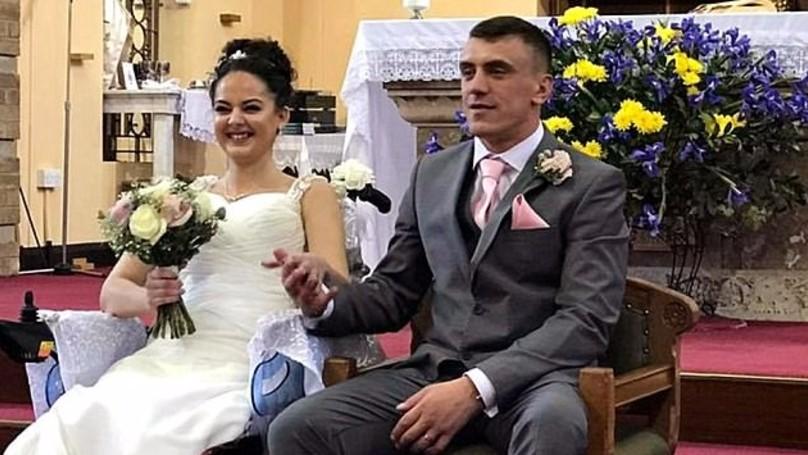 癌末女子「下半身癱瘓」只剩「不到18個月壽命」,未婚夫不離不棄娶回家「婚禮全身抱起跳舞」!