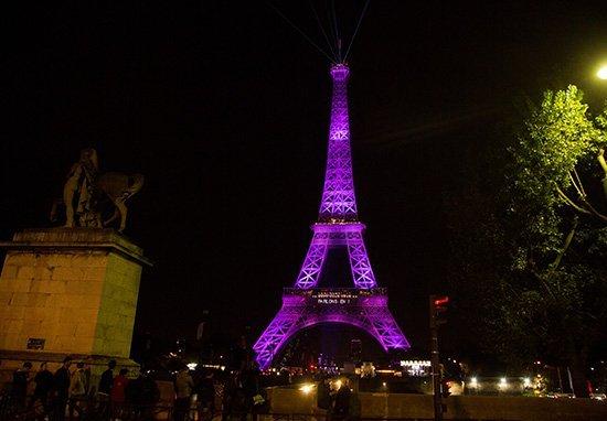 晚上的艾菲爾鐵塔最美,但晚上拍的話是違法的喔!