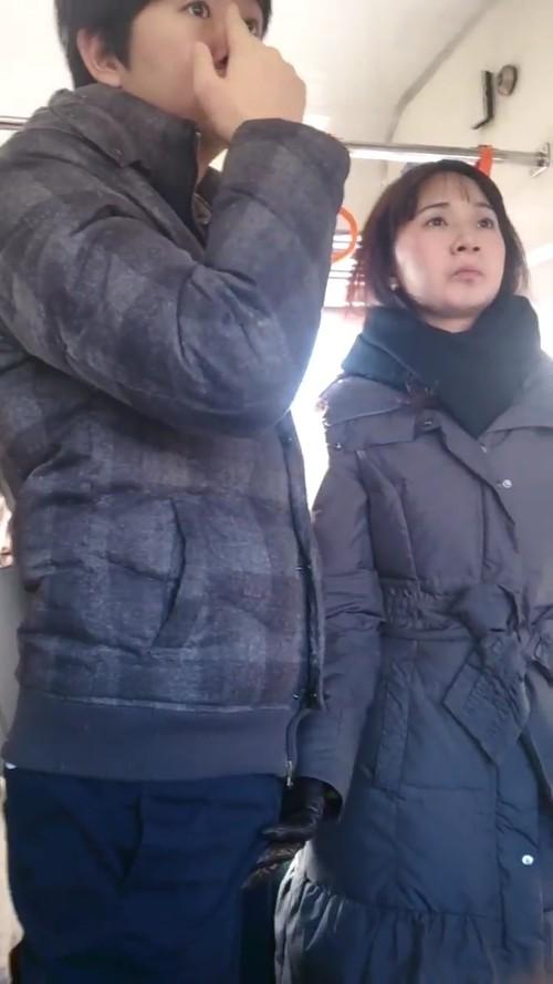 日本电车见到在想事情的淡定男女,视线一往下惊见痴女在「狂抓香蕉」已经硬硬der!(影片) -f3a5c809-s