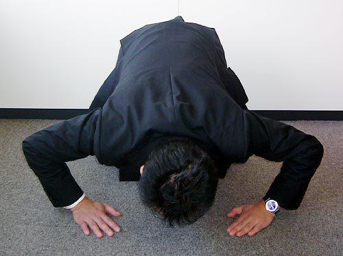 憑什麼跟我講話!「飯店跳電5分鐘」日奧客怒炸連環轟,台女遭逼「下跪磕頭道歉」網友兩派論戰!
