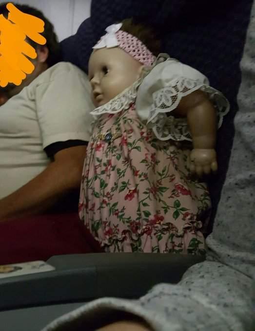 搭機驚見旁邊有個「詭異娃娃」!主人與她的互動嚇到差點尿褲子「機票上還有名字」,網友:傳說中的鬼娃娃