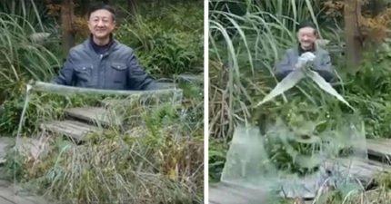 中國公安PO網炫「國產隱形斗篷」,男子在布料後方「完成消失不見」網友看傻!(影片)