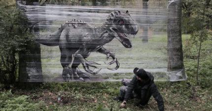 藝術家在森民裡在保鮮膜上畫上野獸,走到一半抬頭看會秒漏尿!