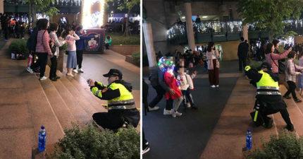 台湾警察「包山包海包拍照」,耶诞城前「老江湖姿势蹲地45度」女网友暴动:需要这种男友!