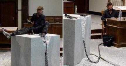 表演藝術家將自己和「3600公斤大理石綁在一起」,438小時讓人看到歷史對我們的傷害