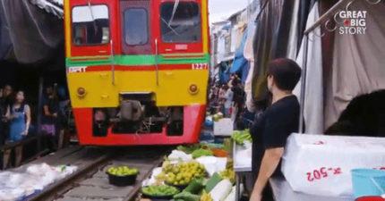 這個有名的泰國菜市場就設立在火車鐵軌上,每次火車經過都是「絕命終結站」畫面!