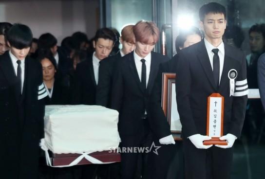 送「鐘鉉最後一程」!SHINee成員全落下男兒淚,珉豪站隊伍最前方捧牌位「憋嘴再也忍不住崩潰」