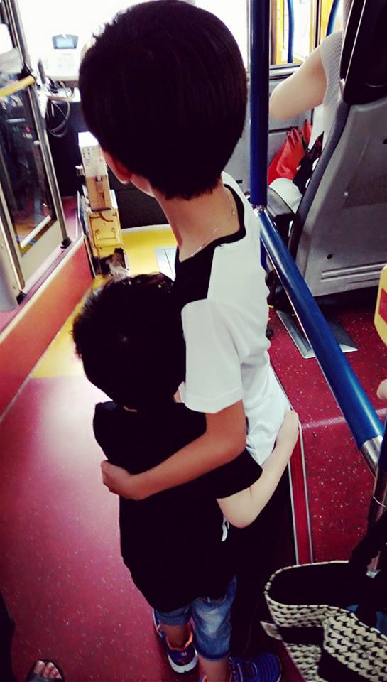9歲哥哥緊抱4歲弟在公車上搖晃,軟萌小兄弟起身「讓需要位子的人」!小男生正面超帥!