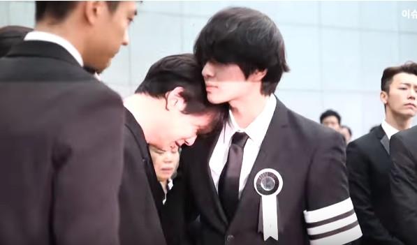 送「鐘鉉棺木上靈車」KEY崩潰趴溫流肩膀痛哭,SHINee錯愕二哥突然離去「臉色蒼白掛淚痕」(影片)