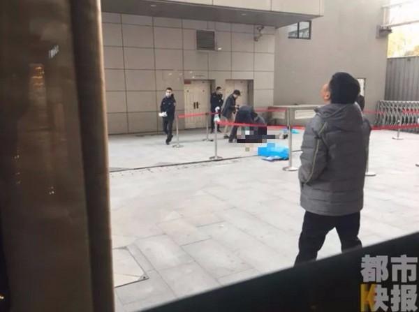 熱血保全勸阻女子跳樓,「伸手想接」慘遭砸死!