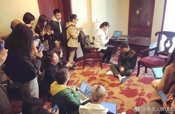 黃曉明超親民!受訪見記者沒椅子坐「霸氣席地而坐」,讓位暖舉爆棚!