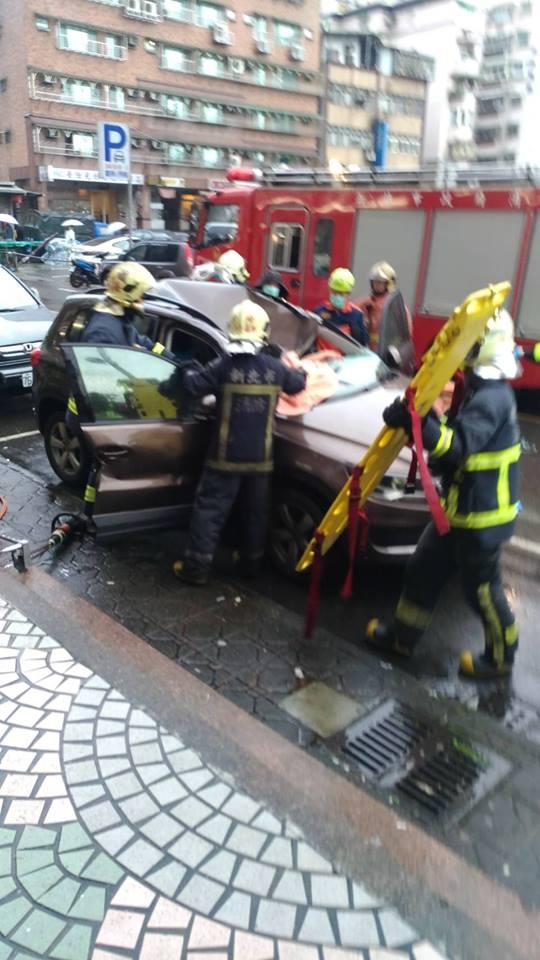 「我的車救他一命」...新北市心酸車主「下車3分鐘」,男大生跳樓「清醒後應該會更想哭」!