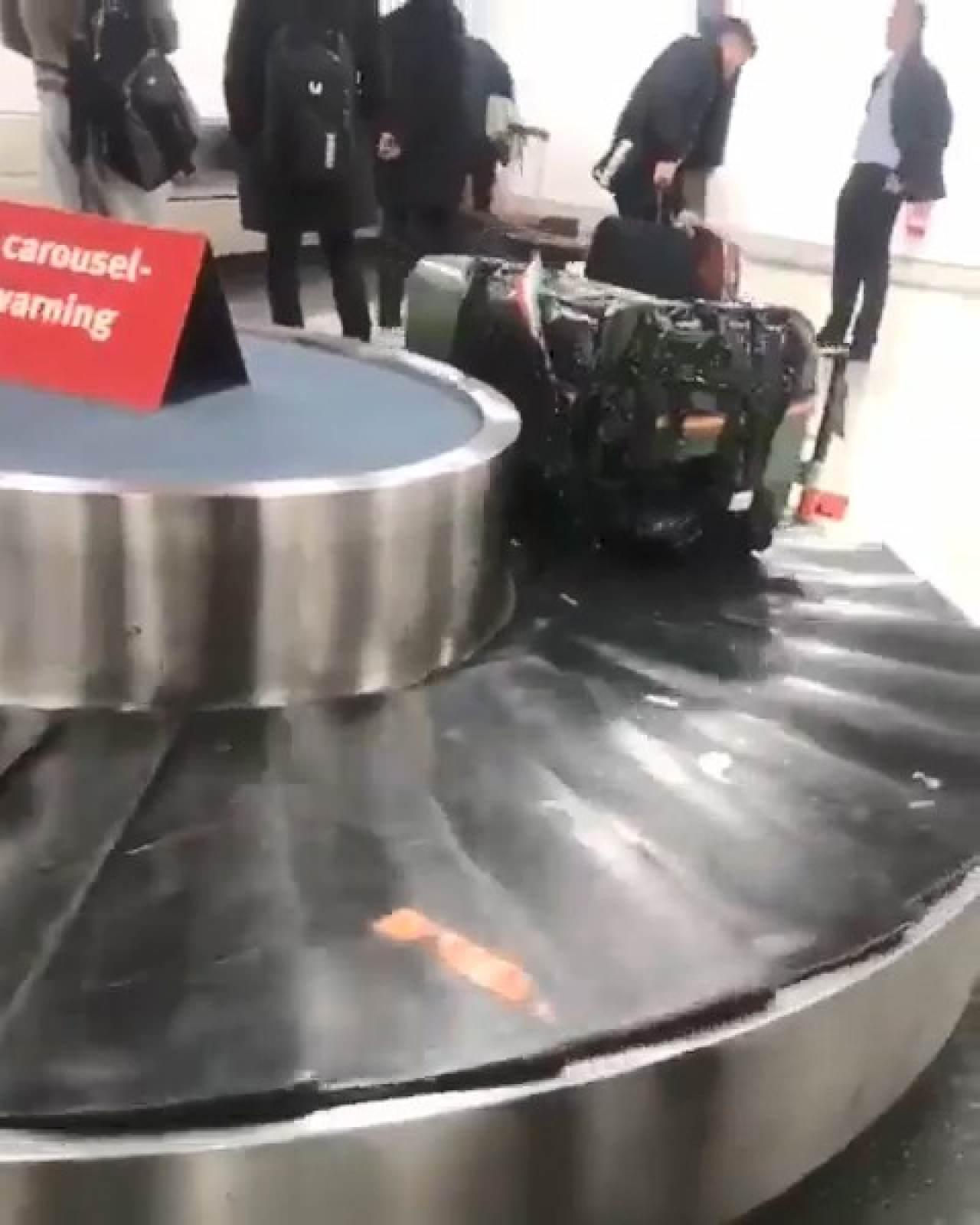 行李輸送帶驚現「不應該出現的東西」,網友興奮:地表最強行李箱!(影片)
