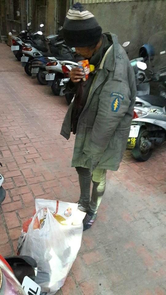 8+9跳陣頭男「見街友蹲地翻廚餘」!難過當場噴淚買飯給對方吃,「餓了就來找我」洋蔥爆表網友推爆!