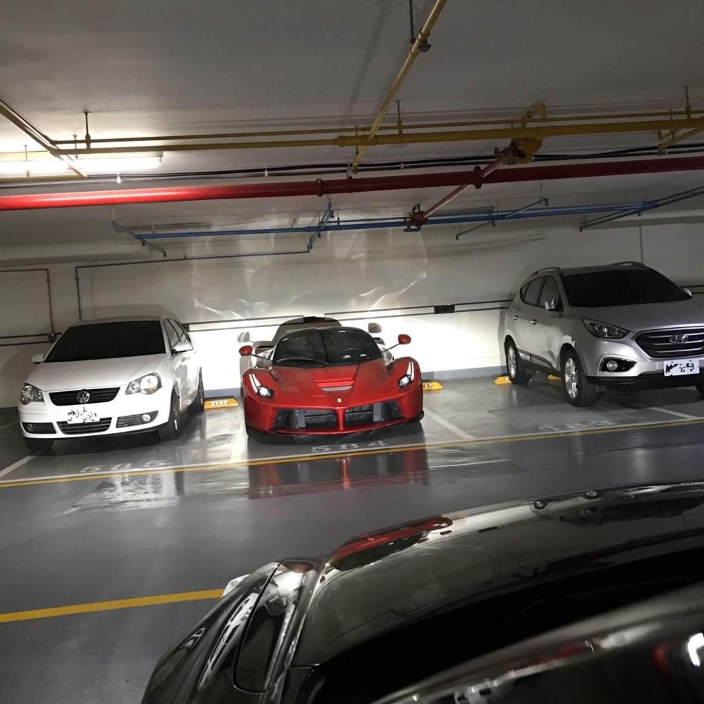 台中地下停車場全球限量499法拉利之王「7700萬鮮紅魔鬼」,霸氣卡停車格「兩旁轎車嚇到貼牆上」!
