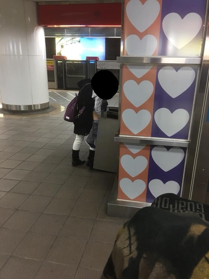 媽媽抱孩子月台「大解放」!男童對準北捷「垃圾桶」噓噓,引爆兩派網友理智線「戰翻」!