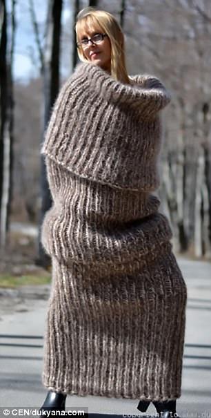 懶廢人必備!設計品牌推出「巨型圍巾」售價8470元,「全身穿搭模樣」網友:根本是襪子!