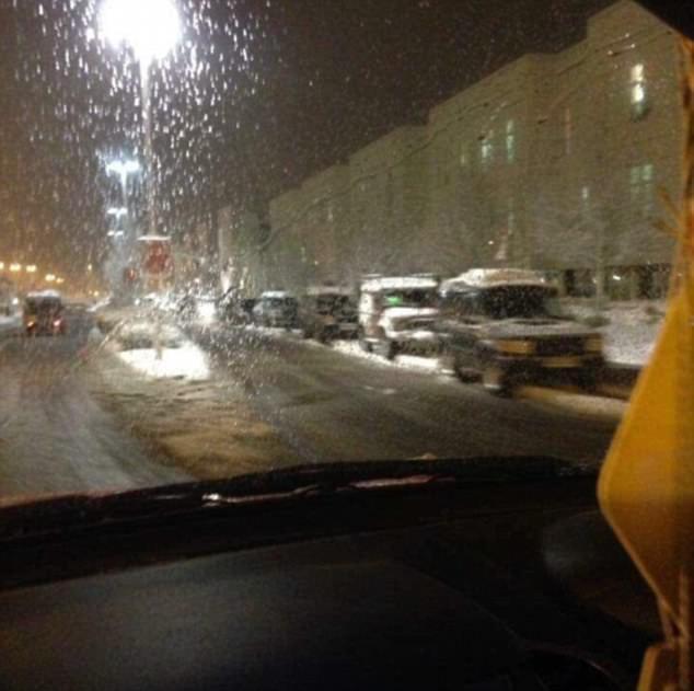 下大雪「四輪驅動車主們」自告奮勇解救護士回家,大批自願者「排隊輪班」畫面超溫暖!