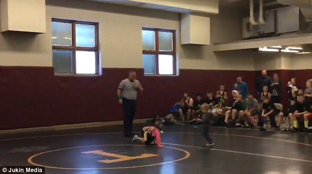 不要打我姊!摔角比賽姊姊被撲倒在地,「正義弟」衝上去救援萌壞全場! (影片)