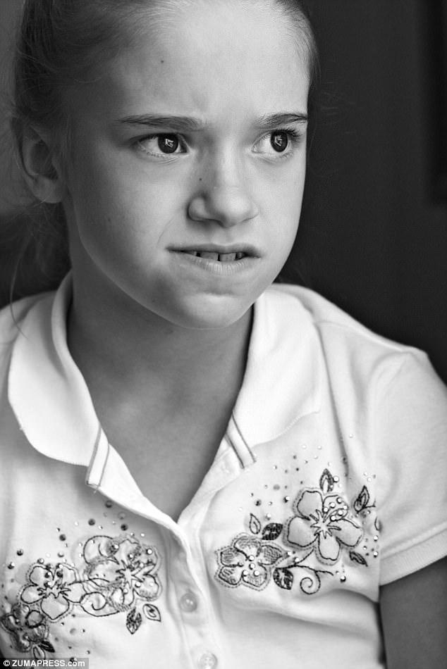 她一出生就被親媽監禁7年,警方找到時「全身爬蛆沾滿大便」...親生媽:我很照顧她!(影片)