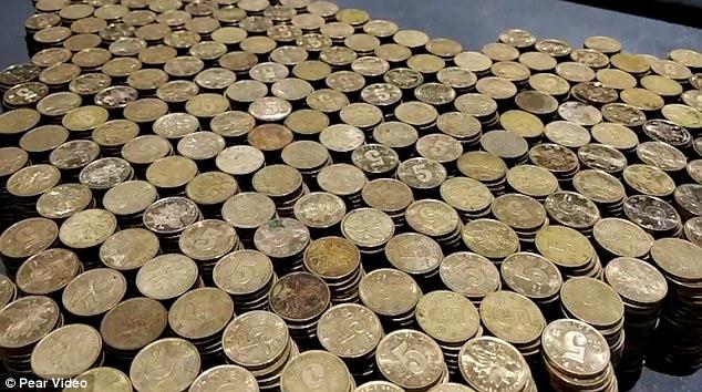 男子存超久闊氣「用5毛硬幣買BMW」全場業務動員,花數小時清點「32萬頭期款」場面超勵志