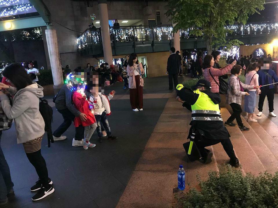 台灣警察「包山包海包拍照」,耶誕城前「老江湖姿勢蹲地45度」女網友暴動:需要這種男友!