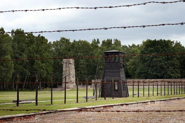 倖存者暴怒!全裸男女「玩躲貓貓」互巴頭,仔細一看背景竟然是「納粹集中營毒氣室」!