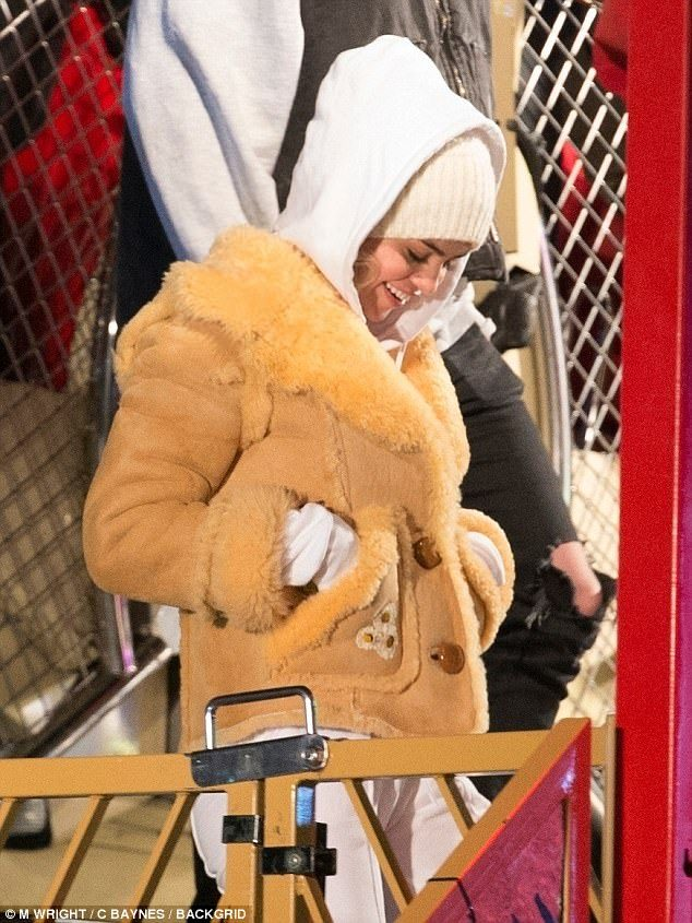 狗仔燈開太強賽琳娜「透視黑洋裝」被拍到像沒穿!視線一往下「根本需要馬賽克」!