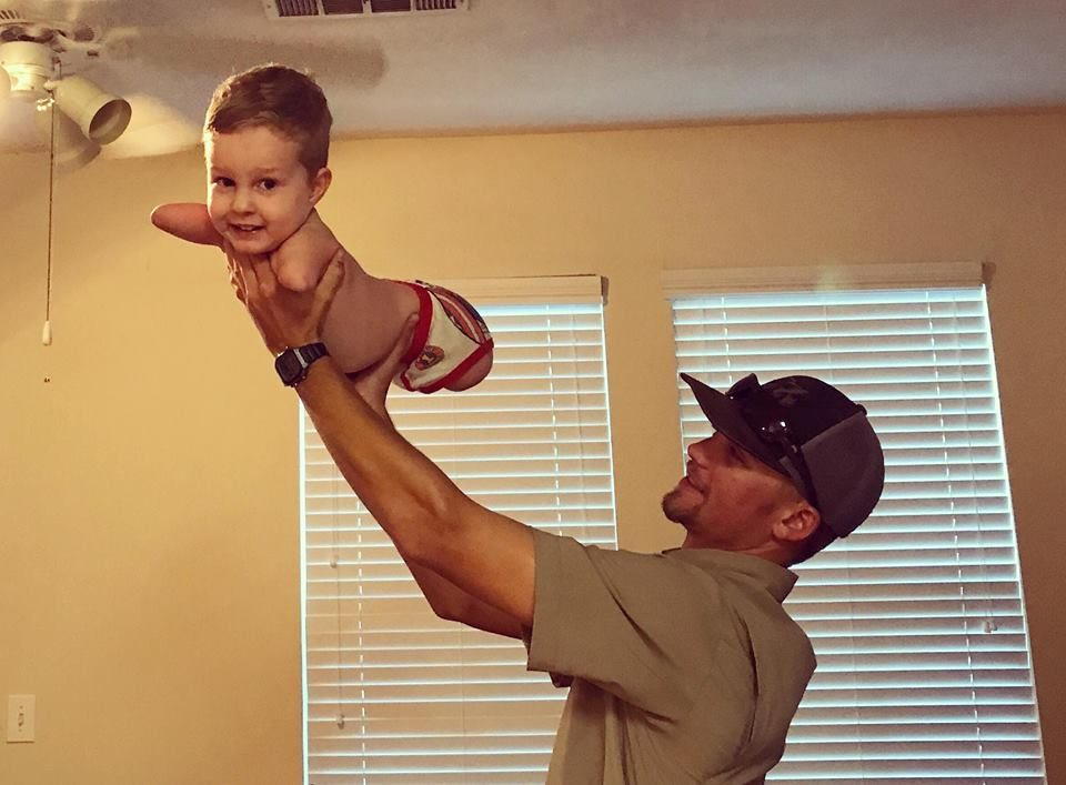 天生沒有四肢「人類海豹」,男孩4歲跨出「人生第一步」樂觀不放棄精神讓母親超感動!