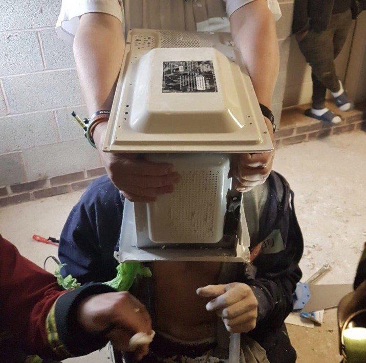 腦洞無極限!YouTuber「頭塞灌填充膏微波爐」硬化後拔不出差點死!被消防員拯救他:我紅到全世界 (影片)